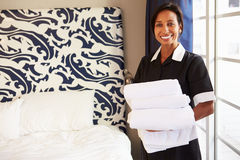 整理旅馆客房的佣人画象 免版税库存照片
