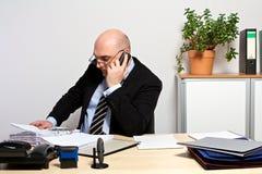 经理由电话提供重要数据 免版税库存图片