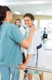 理疗师被协助的患者 免版税图库摄影