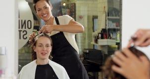 整理他们的客户头发的美发师 股票视频