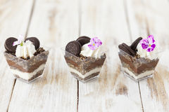 琐事黑白巧克力用曲奇饼,甜点心 免版税图库摄影