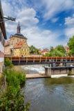琥珀德国 老城镇厅,半木料半灰泥的Ð ¡ orporal议院、一座桥梁和一个水坝在河Regnitts 库存照片