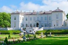 琥珀色的博物馆(Tyszkiewicz前宫殿)在植物的公园, P 免版税库存图片