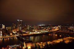 琥珀色的城市在晚上 免版税库存图片