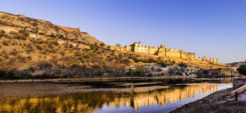 有他的反射的琥珀色的堡垒全景 免版税库存图片