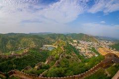 琥珀色的堡垒的美丽的景色在拉贾斯坦在有保护古老印地安宫殿的扔石头的墙壁的斋浦尔的印度 库存照片