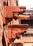 琥珀色的堡垒的,印度被雕刻的石柱廊 库存照片
