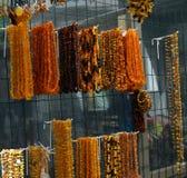 琥珀色的小珠手工造做其他石头的珠宝 免版税库存图片