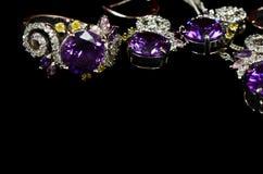 琥珀色的小珠鼓起碗人造珠宝项链海运 垂饰、耳环和圆环 库存照片