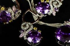 琥珀色的小珠鼓起碗人造珠宝项链海运 垂饰、耳环和圆环 库存图片