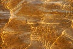 琥珀色的水 库存图片