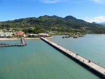 琥珀色的盖子巡航口岸在普拉塔港,多米尼加共和国- 12/12/17 -回来到在琥珀色的乔夫的船的游轮乘客 免版税库存图片