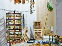 琥珀色的纪念品在维尔纽斯圣诞节市场上 库存照片
