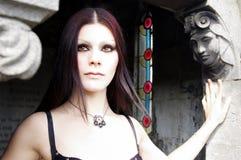 琥珀色的被注视的哥特式妇女 库存照片