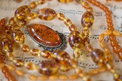 琥珀色的项链和垂饰 免版税库存图片