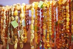 琥珀色的项链在复活节市场卖了在维尔纽斯 免版税库存图片