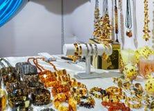 琥珀色的bijouterie在维尔纽斯圣诞节市场上 库存照片