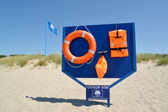 琥珀,俄罗斯 与挽救手段的立场和在城市的国际标志蓝旗信号靠岸 库存图片