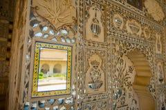 琥珀,印度- 2017年9月19日:在宫殿的墙壁的美好的内部mughal建筑细节琥珀的 图库摄影