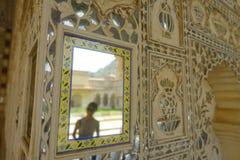 琥珀,印度- 2017年9月19日:在宫殿的墙壁的美好的内部mughal建筑细节琥珀的 库存图片