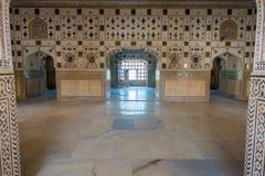 琥珀,印度- 2017年9月19日:在琥珀色的堡垒宫殿里面的美好的内部mughal建筑细节在印度 免版税图库摄影