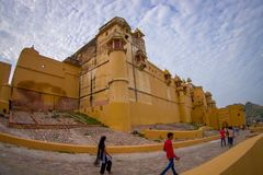 琥珀,印度- 2017年9月19日:进来在一条扔石头的道路的未认出的人民在户外在琥珀色的堡垒的城市 免版税库存图片