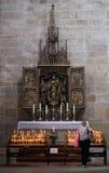 琥珀,德国- 2016年6月04日:站立一个蜡烛的妇女在t 免版税库存照片