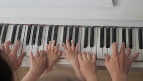 琴键演奏音乐的母亲和孩子的顶视图手 家庭团结概念 影视素材