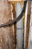 瑕疵绝缘材料和被铸造的墙壁 免版税库存图片