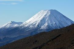瑙鲁霍伊火山和汤加里罗山冬天风景  免版税库存照片