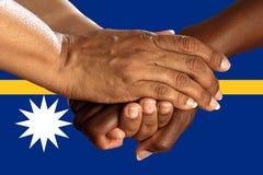 瑙鲁,一个多文化小组的综合化的旗子年轻人 免版税库存图片