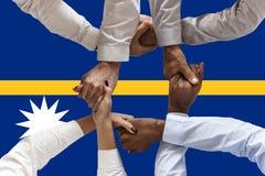 瑙鲁,一个多文化小组的综合化的旗子年轻人 免版税库存照片