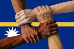 瑙鲁,一个多文化小组的综合化的旗子年轻人 库存照片
