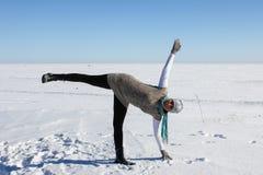 瑜伽。冬天。户外。 库存图片