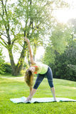 瑜伽三角姿势的妇女 免版税库存图片