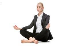 瑜伽位置的女实业家 免版税库存照片