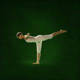 瑜伽位置的妇女 Bagavath 免版税库存照片