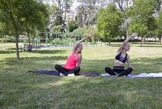 瑜伽健身锻炼在公园 舒展胳膊和肩膀 库存图片