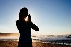 瑜伽凝思和放松在海滩 免版税库存照片