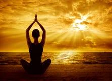 瑜伽凝思概念,妇女剪影健康思考 免版税库存照片