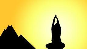 瑜伽剪影在山顶的 图库摄影