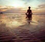 瑜伽剪影 免版税库存照片