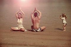 瑜伽和凝思、爱和家庭,暑假,精神,身体 库存照片