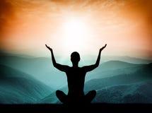 瑜伽和凝思 人剪影山的 免版税库存照片