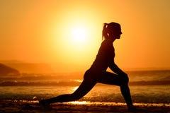 瑜伽和在日落放松 免版税库存图片