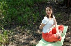 瑜伽和放松-瑜伽姿势的妇女 免版税图库摄影