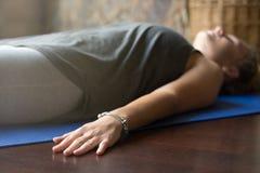 瑜伽在家:尸体姿势 免版税库存图片
