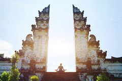 瑜伽在巴厘岛,在寺庙的凝思,灵性 免版税库存图片