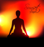瑜伽在日落的妇女剪影 免版税库存图片