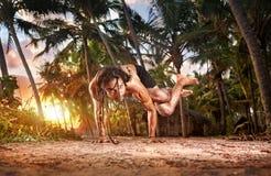 瑜伽在日落的手倒立姿势 免版税图库摄影